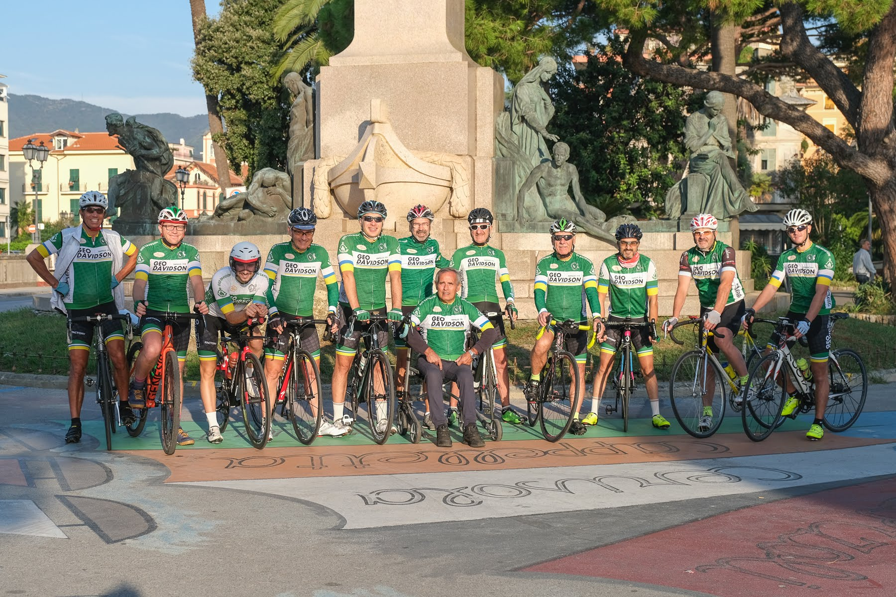 Foto di gruppo con bici